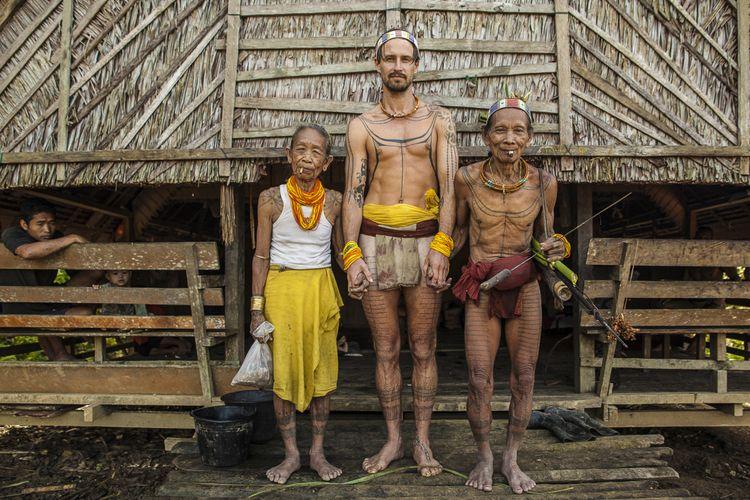 Rob Henry, pria asal Australia yang sudah tinggal bersama penduduk asli Mentawai selama delapan tahun dan mengabadikannya dalam film dokumenter As Worlds Divide