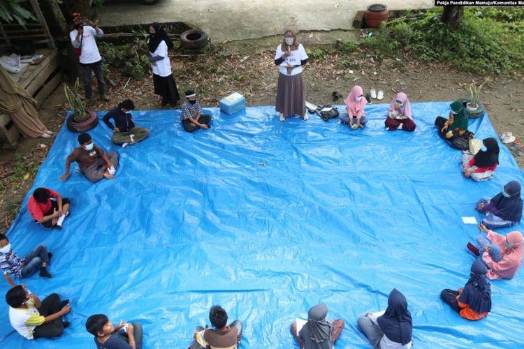 Kampanye Taki Mi'guru atau Ayo kembali Belajar bersama anak anak SD simboro, kecamatan Mamuju. Senin, 15 Meret 2021.