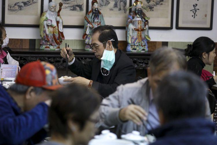Penggunaan masker pada jam makan siang di Hong Kong.