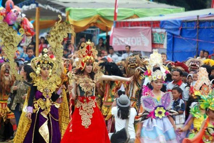 Pembukaan Festival Rawapening di Lapangan Pangsar Jendral Sudirman, Ambarawa, Jawa Tengah, Jumat (21/10/2016), yang dimeriahkan oleh tarian gambyong kolosal, gedruk buto, dan kontes puluhan kostum unik.