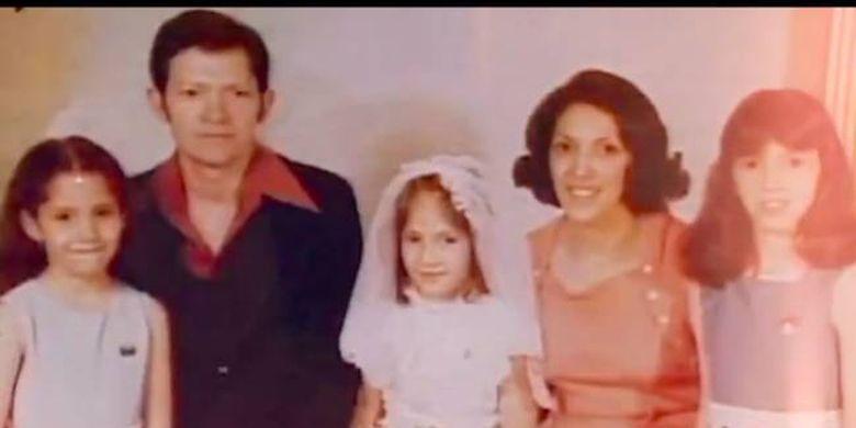 J.Lo kecil (tengah) berpose dengan ayah, ibu, dan dua saudara kandungnya.