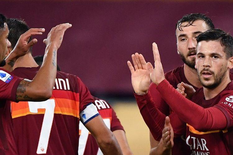 Gelandang Spanyol Roma Carles Perez (kanan) melakukan selebrasi setelah mencetak gol selama pertandingan sepak bola Serie A Italia Roma vs Benevento pada 18 Oktober 2020 di Stadion Olimpiade di Roma.(Photo by Tiziana FABI / AFP)