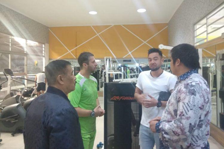 Kunihiro Yamashita saat berbincang dengan Pelatih Persib Miljan Radovic dan Manajer Persib Umuh Muchtar, Rabu (30/1/2019) kemarin.