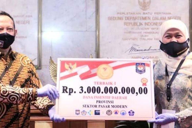 Pemprov Jatim meraih dua penghargaan dalam Lomba Inovasi New Normal Life yang diselenggarakan Kemendagri. Yakni Juara I sektor Pasar Modern dan Juara II sektor Tempat Wisata. Pemprov Jatim pun berhak atas hadiah Dana Insentif Daerah (DID) senilai Rp 5 miliar. Penghargaan diserahkan Mendagri Tito Karnavian kepada Gubernur Khofifah Indar Parawansa di Gedung Sasana Bhakti Praja, Kemendagri, Jakarta, Senin (22/6/2020).