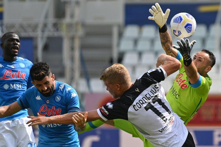 Kiper Napoli David Ospina (kanan) berupaya menangkap bola dibayang-bayangi striker Parma, Andreas Cornelius (tengah) pada laga Parma vs Napoli di Stadion Ennio-Tardini, Minggu (20/9/2020).