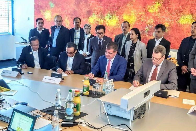 Penandatanganan perusahaan kereta PT INKA (Persero) dan PT Kereta Api Indonesia (Persero) dengan Perusahaan produsen kereta api Swiss Stadler Rail, Sabtu (21/9/2019)