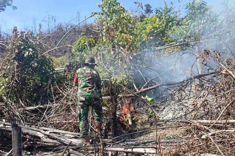 Personel Koramil 02/Rambah saat melakukan pemadaman karhutla dengan menggunakan batang kayu di Kecamatan Rambah Samo, Kabupaten Rohul, Riau, Minggu (9/8/2020).