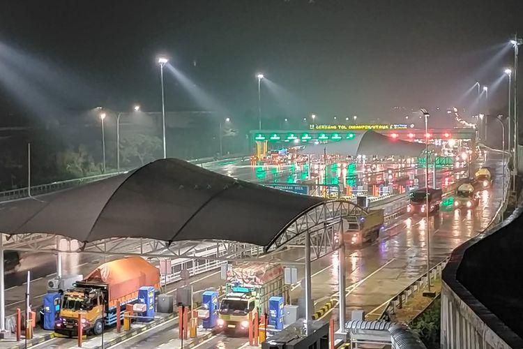 Arus balik pada malam Natal (25/12/2019) di Tol Trans Jawa gerang tol Cikampek Utama.