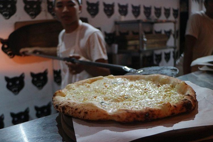Pizza yang baru keluar dari panganggan di Luigis Hot Pizza