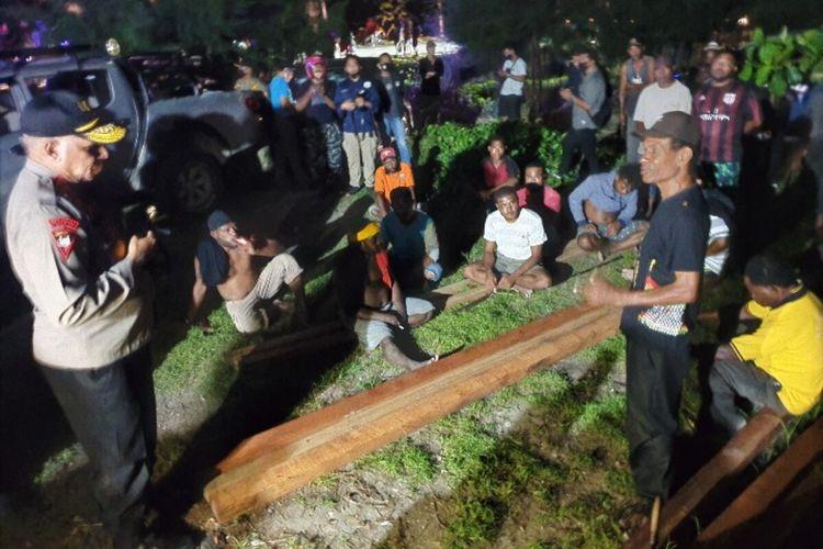 Kapolda Papua Irjen Paulus Waterpauw tengah memediasi warga Kampung Nafri yang tengah bertikai dengan warga Kampung Enggros, Kota Jayapura, Papua, Kamis (10/9/2020)