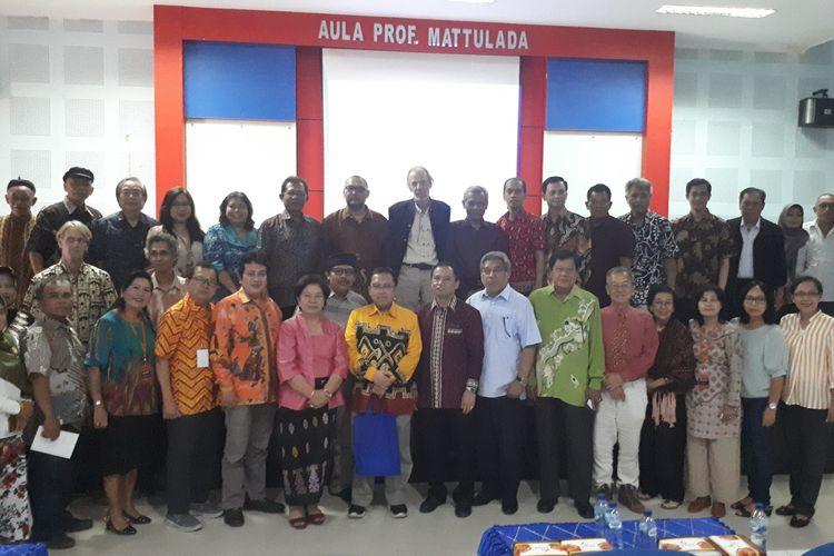Direktur WDB Kemdikbud Nadjamuddin Ramly (enam dari kiri depan) bersama para anggota Asosiasi Tradisi Lisan di Makassar.