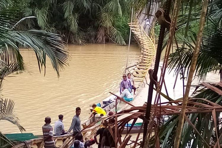 Kondisi jembatan kayu penghubung dua desa terputus di Kabupaten Paser, Kaltim, Minggu (13/9/2020).