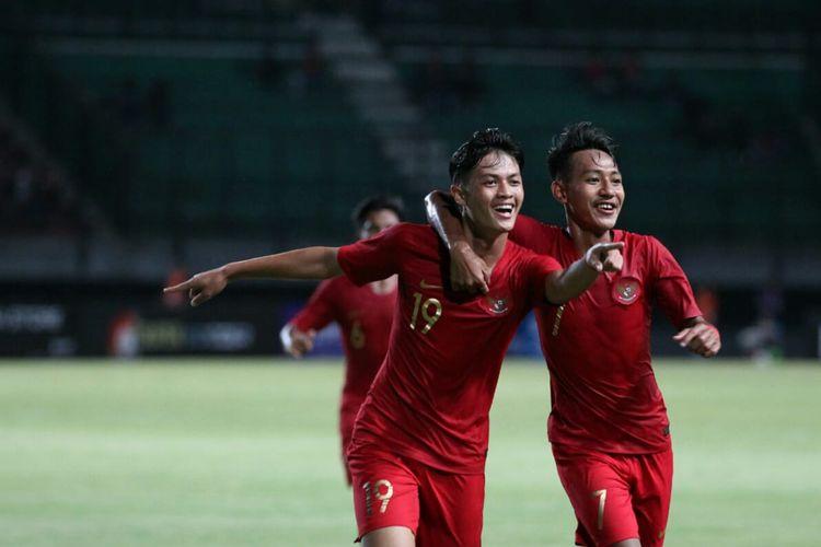Pemain timnas U-19 Indonesia, Alfeandra Dewangga (19) bersama rekan setimnya, Beckham Putra Nugraha merayakan gol ke gawang timnas U-19 China pada pertandingan uji coba yang dihelat di Stadion Gelora Bung Tomo, Surabaya, Kamis (17/10/2019) malam.