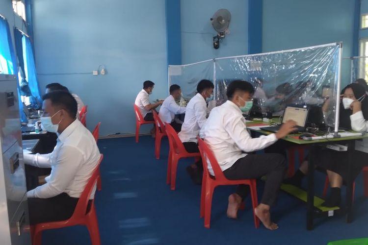 Suasana ujian kompetensi guru PPPK di SMKN I Nunukan kaltara, dari 693 peserta di perbatasan RI - Malaysia yang terdaftar sebagai peserta, hari kedua ujian tercatat sebanyak 5 orang positif covid19 dan 1 meninggal dunia