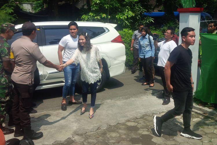 Gibran Rakabuming Raka beserta istri Selvi Ananda dan Kaesang tiba di TPS 38 Manahan, Solo, Jawa Tengah, Rabu (17/4/2019).