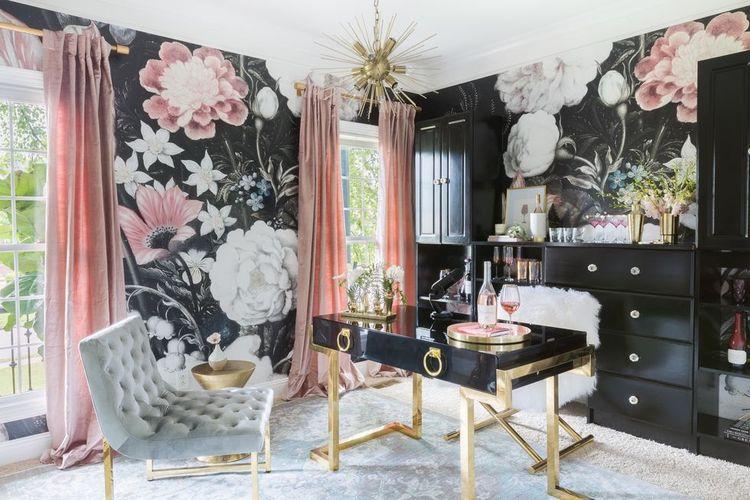 Home office dengan wallpaper bunga ukuran besar