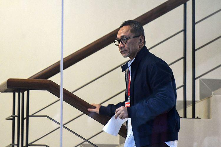 Ketua Umum PAN Zulkifli Hasan menaiki anak tangga ketika akan menjalani pemeriksaan di Gedung KPK, Jakarta, Jumat (14/2/2020). KPK memeriksa mantan Menteri Kehutanan pada 2009-2014 tersebut terkait Surat Keputusan Menteri Kehutanan (SK Menhut) nomor 673/2014 yang ditandatanganinya pada 8 Agustus 2014. ANTARA FOTO/M Risyal Hidayat/foc.