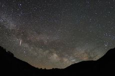 Fenomena Langit Bulan Ini: Mulai Supermoon hingga Hujan Meteor Lyrids