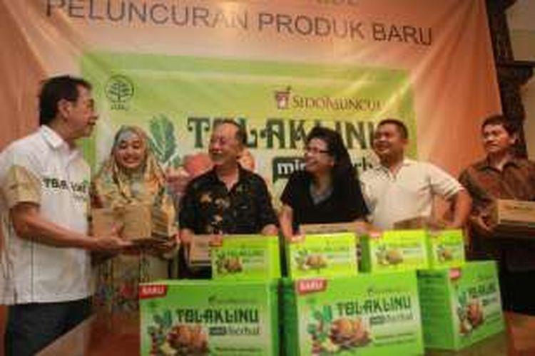 Direktur PT Sido Muncul Irwan Hidayat menunjukkan varian baru obat herbal buatan perusahaannya, Tolak Linu Mint Herbal. Produk ini menyasar penderita pegal linu, terutama usia 40 tahun ke atas.