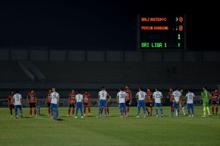 Para pemain Persib (putih) dan Bali United (merah) berkumpul di tengah lapangan sebelum kedua tim bertanding di pekan ketiga Liga 1 2021-2022 yang berlangsung di Stadion Indomilk Arena, Tangerang, Sabtu (18/9/2021).