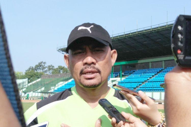Asisten pelatih Persib, Herrie Jose Setiawan, seusai memimpin sesi latihan pagi di Stadion Siliwangi, Bandung, Selasa (4/7/2017).