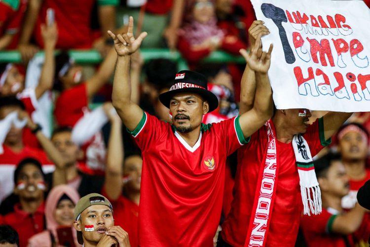 Suporter Timnas Indonesia menyaksikan laga pertandingan Grup A Asian Games ke-18 melawan Chinese Taipei di Stadion Patriot, Bekasi Minggu (12/8/2018). Timnas Indonesia menang dengan skor 4-0.
