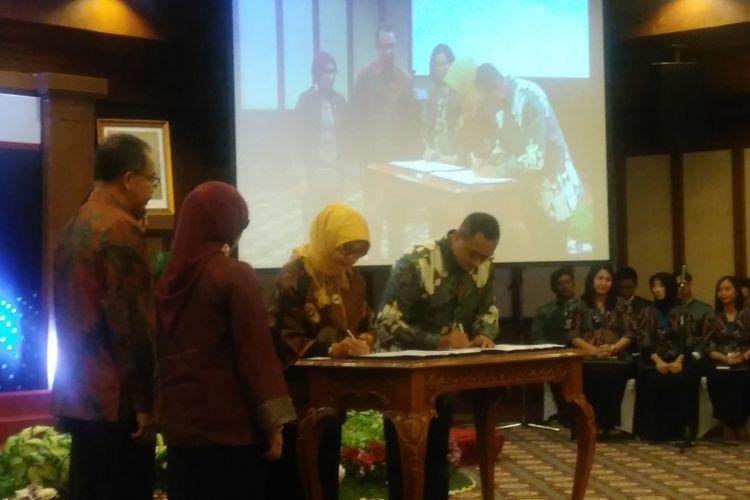 Penandatanganan penyelenggaraan kliring atas transaksi obligasi negara di pasar sekunder antara Bank Indonesia dan PT Kliring Penjaminan Efek Indonesia, Jakarta, Senin (20/3/2017).
