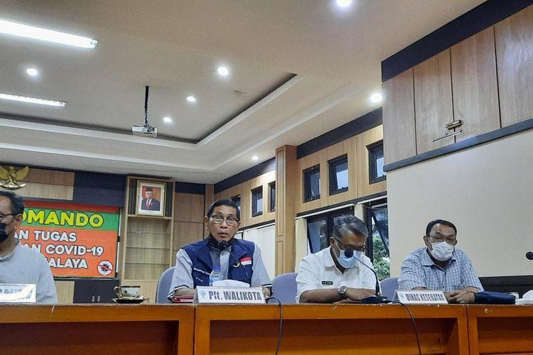 Plt Wali Kota Tasikmalaya Muhammad Yusuf bersama Sekda dan Kadis Kesehatan daerah setempat usai melakukan evaluasi Covid-19, Rabu (21/7/2021).