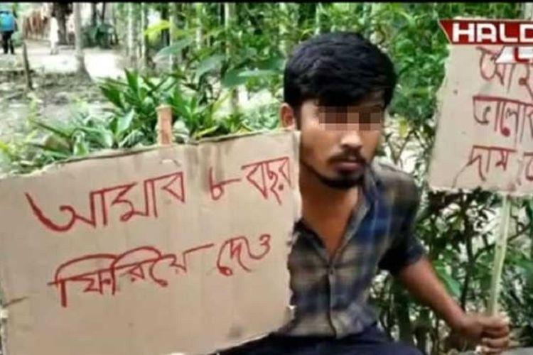 Pria bernama Ananta Burman membentangkan spanduk ketika melakukan aksi mogok makan demi mendapatkan kembali cinta dari si mantan pacar di West Bengal, India.