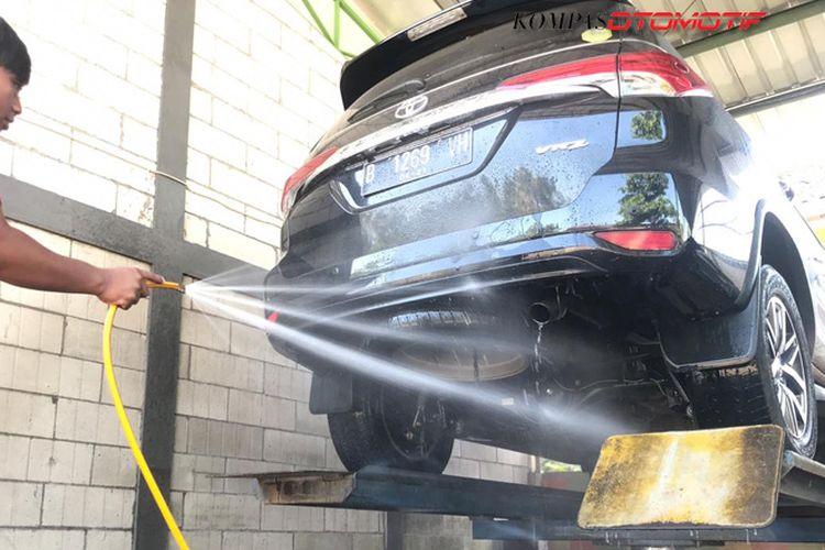 Cuci mobil bagian kolong dengan hidrolik