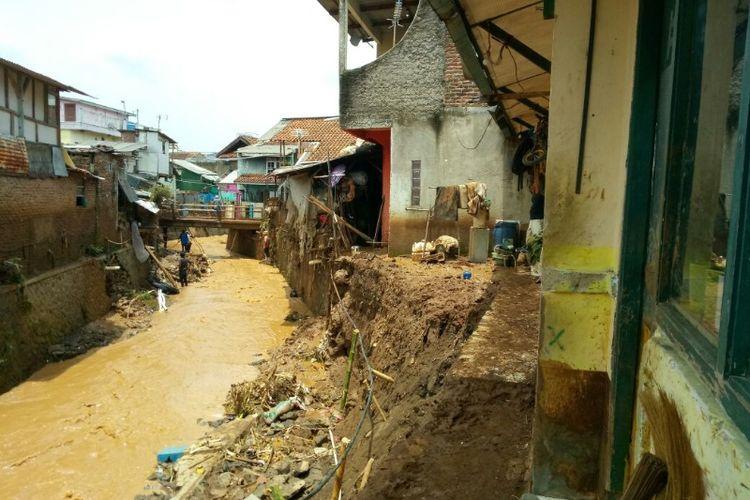 Sejumlah rumah di bantaran sungai Cipamokolan rusak tersapu banjir bandang, Selasa (20/3/2018) sore.