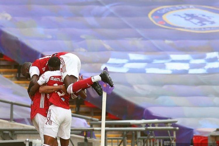 Para pemain Arsenal merayakan gol yang dicetak Pierre-Emerick Aubameyang pada laga kontra Chelsea di final Piala FA. Pertandingan Arsenal vs Chelsea berakhir dengan skor 2-1 di Stadion Wembley, London, 1 Agustus 2020.