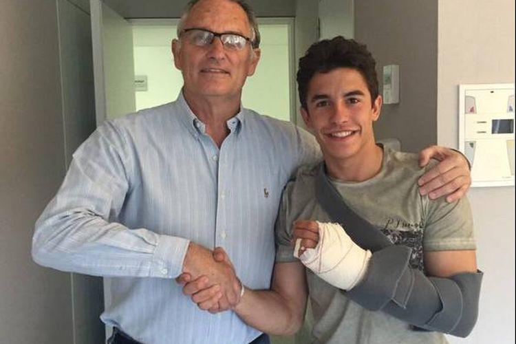 Dokter Xavier Mir dari Rumah Sakit Universitari Dexeus saat menangani operasi jari Marc Marquez pada April 2015.