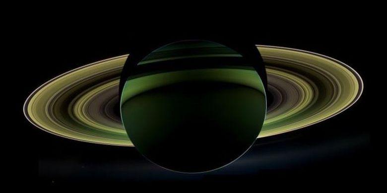 Hyperion mengandung listrik tinggi. Hyperion merupakan sebuah bulan yang aneh di planet Saturnus.