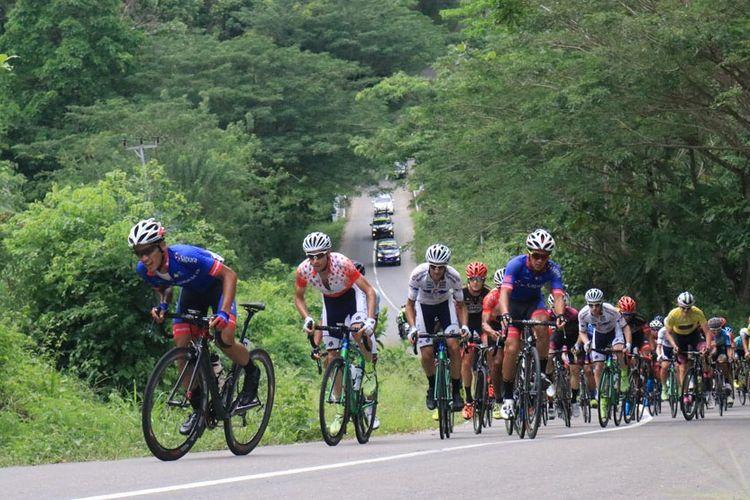 Para pebalap sepeda internasional lomba Tour de Molvccas saat beradu kecepatan di lintasan tanjakan yang berada di hutan Desa Bula, Kabupaten Seram Bagian Timur, Maluku, Rabu (20/9/2017) Kontributor Ambon, Rahmar Rahman Patty