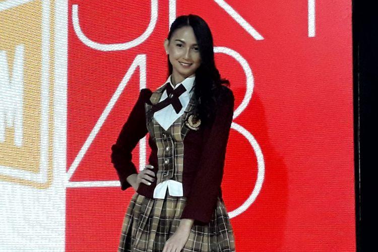 Stefi JKT48 berfoto setelah konferensi pers keberangkatannya ke Jepang di Teater JKT48 di fX Lifestyle Sudirman, Jakarta Selatan, Kamis (13/9/2018).