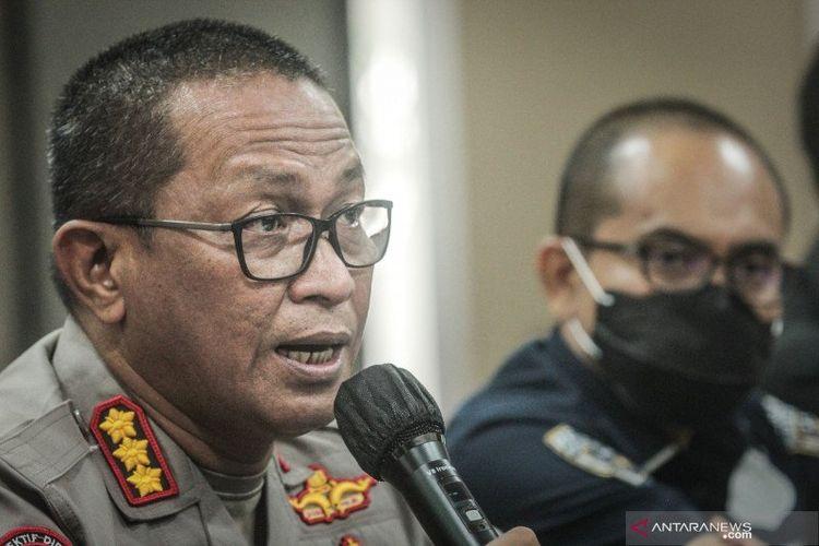 Kabid Humas Polda Metro Jaya Kombes Pol Yusri Yunus (kiri) memberikan keterangan pers di Polda Metro Jaya, Jakarta, Kamis (10/12/2020).