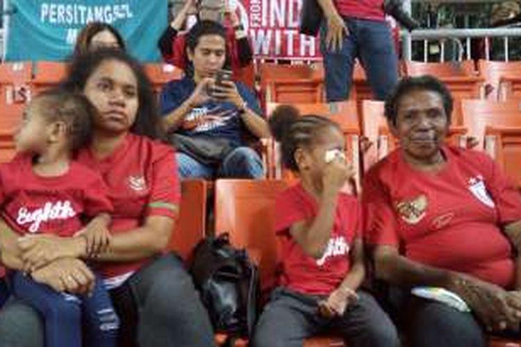 Keluarga Boaz Solossa menonton pertandingan antara Indonesia dan Thailand di Stadion Rajamangala, Bangkok, 17 Desember 2016.