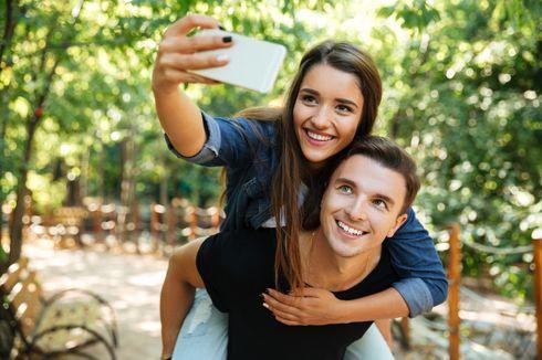 Umbar Kemesraan Bareng Pasangan di Medsos, Ini 4 Kemungkinan Alasannya