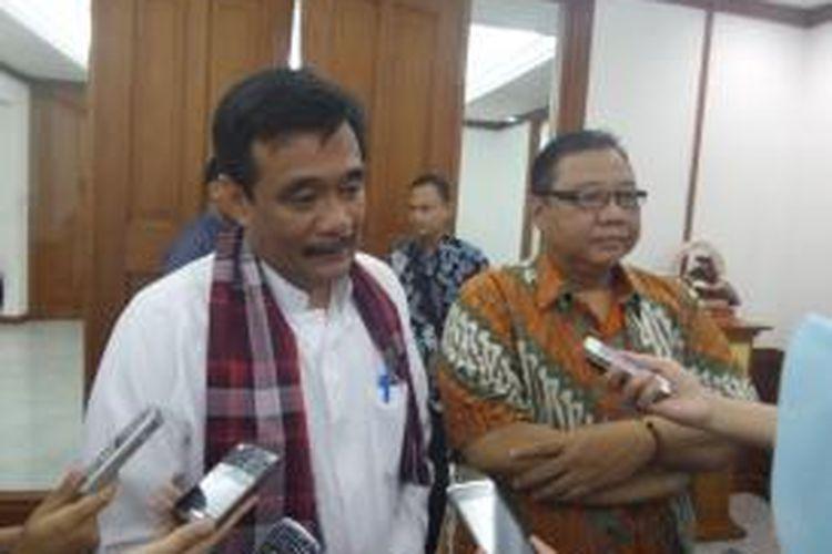 Wakil Gubernur DKI Jakarta Djarot Saiful Hidayat dan Menteri Koperasi UMKM Anak Agung Ngurah Puspayoga usai mengadakan pertemuan di Balai Kota DKI Jakarta, Jumat (16/1/2015)