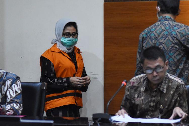Ketua DPRD Kutai Timur Encek Unguria mengenakan rompi tahanan usai menjalani pemeriksaan pasca terjaring Operasi Tangkap Tangan (OTT) di Gedung KPK, Jakarta, Jumat (3/7/2020). Dalam OTT itu KPK menahan tujuh tersangka yakni Bupati Kutai Timur Ismunandar, Ketua DPRD Kutai Timur Encek Unguria, Kadis PU Kutim Aswandini, Kepala Bapenda Kutim Musyaffa, Kepala BPKAD Kutim Suriansyah, serta pihak swasta Aditya Maharani dan Deky Aryanto dengan barang bukti uang tunai Rp170 juta, buku tabungan dengan saldo Rp4,8 miliar, dan sertifikat deposito Rp1,2 miliar dalam kasus dugaan korupsi pengerjaan infrastruktur di lngkungan Pemkab Kutai Timur tahun 2019-2020. ANTARA FOTO/Indrianto Eko Suwarso/pras.