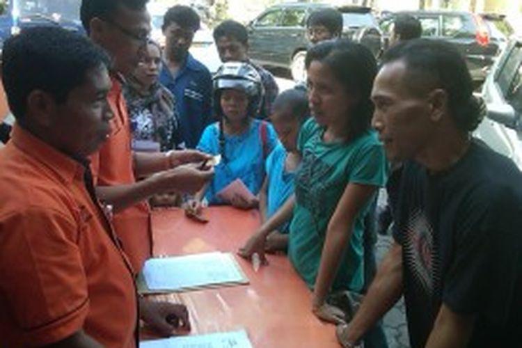Warga Denpasar Selatan mendatangi Kantor Pos Renon, Sabtu (22/6/2013) untuk mencairkan Bantuan Langsung Sementara Masyarakat (BLSM).