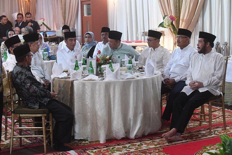 Presiden Joko Widodo (keempat kiri) didampingi Wakil Presiden Jusuf Kalla (ketiga kiri) bersiap untuk berbuka puasa bersama dengan pimpinan lembaga tinggi negara di Rumah Dinas Ketua DPR, Jakarta, Senin (13/5/2019). ANTARA FOTO/Akbar Nugroho Gumay/ama.