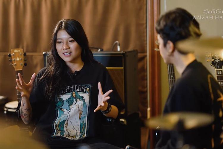 Danilla Riyadi sedang berbincang dengan Azizah Hanum membicarkan berbagai hal dari mulai penggemar hingga karya-karyanya.