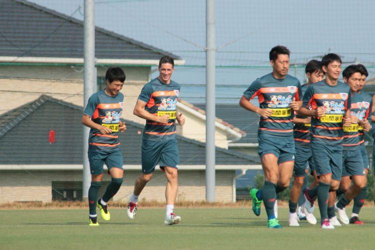 Fernando Torres (kedua dari kiri) telah berlatih bersama rekan-rekan barunya di Sagan Tosu, 16 Juli 2018.