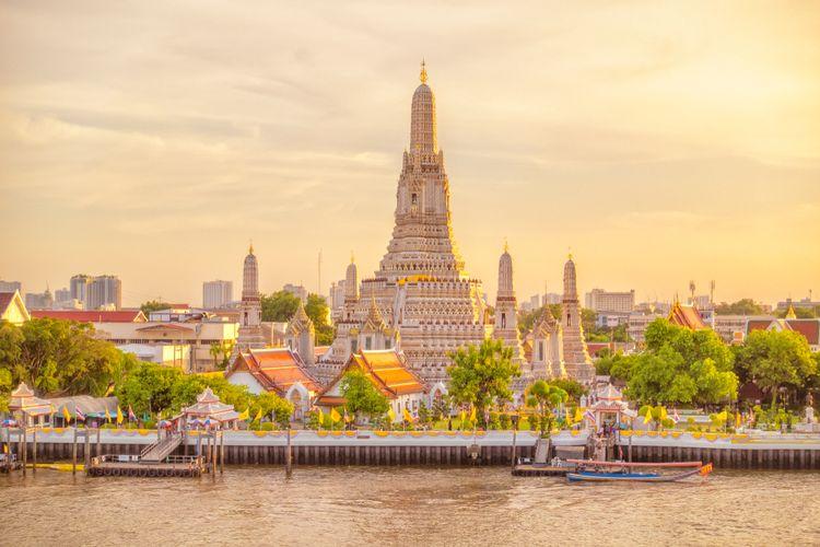 Suasana Wat Arun saat momen matahari terbenam.