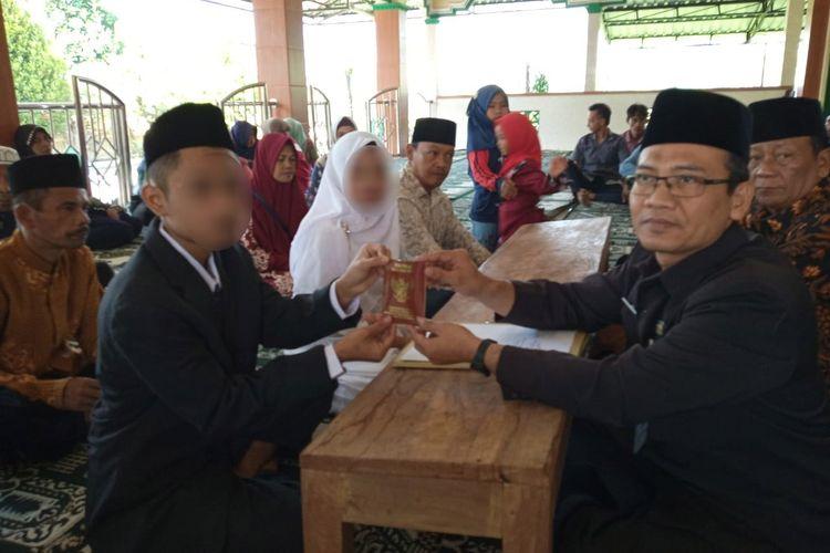 Prosesi ijab kabul tersangka pencabulan dengan korbannya di masjid Mako Polres Magelang, Jawa Tengah, Selasa (25/6/2019).
