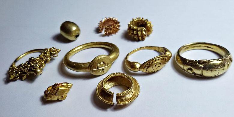 Perhiasan emas berupa cincin dan anting-anting di Kabupaten Ogan Komering Ilir (OKI), Sumatera Selatan.