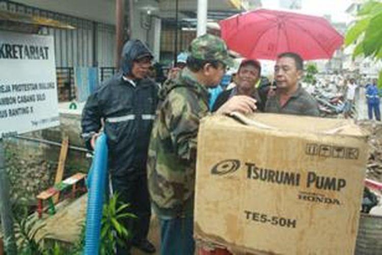 Nono Sampono memberikan bantuan mesin penyedot lumpur bagi korban bencana banjir di Ambon, Jumat (2/8/2013).