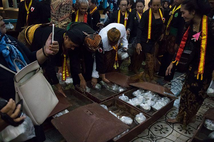 Nasi Tumpeng Malam Selikuran Keraton Surakarta yang Dibagikan Kepada Peserta Kirab dan Masyarakat.